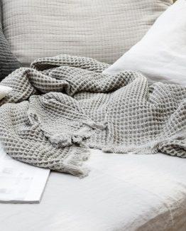 House Doctor, pledd, teppe, bomull, bomullsteppe, bomullspledd, grått pledd, grått teppe, nordisk stil, dansk design